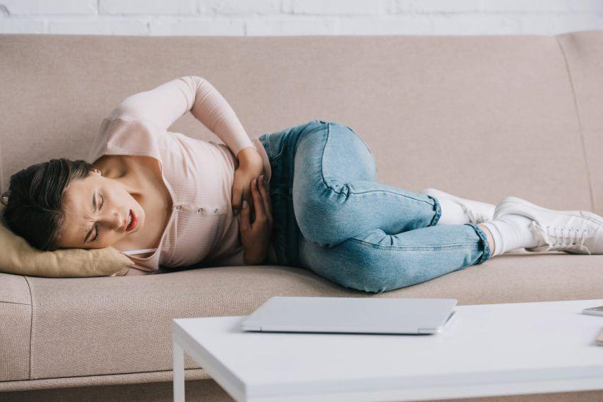 Donna che soffre a causa della colite ulcerosa